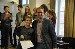 wethouder Menno Roozendaal reikt de cup uit aan winnaar slagwerk Rick van der Voort van OBK Erp