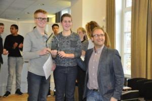 winnaar blazers Thomas en Mathijs Lemmens van Harmonie Nijnsel krijgen de cup van wethouder Menno Roozendaal